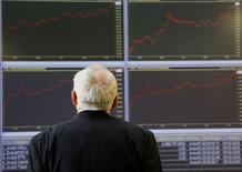 Мужчина на фондовой бирже в Афинах. 3 февраля 2015 года. Европейские фондовые рынки снижаются, приближаясь к многолетним минимумам, в ожидании отчета о занятости в США. REUTERS/Yannis Behrakis