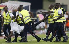 Segurança retira homem que tentou atacar o juíz durante a partida entre Guiné Equatorial e Gana. 05/02/2015 EUTERS/Amr Abdallah Dalsh