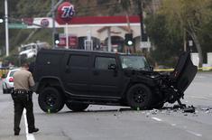 """Un vehículo dañado se ve en la escena de un choque múltiple entre cuatro autos en el sur de California, en el que estuvo involucrado el ex campeón olímpico y estrella de """"reality shows"""" Bruce Jenner en Malibú, California, 7 de febrero del 2015. REUTERS/Jonathan Alcorn"""