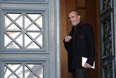 Le ministre grec des Finances, Yanis Varoufakis. Le nouveau gouvernement grec, isolé lors de sa première réunion à haut niveau de la zone euro et mis sous pression par la Banque centrale européenne, a réaffirméi qu'il ne voulait plus d'aide conditionnée de la part de l'Union européenne et du Fonds monétaire international. /Photo prise le 7 février 2015/REUTERS/Kostas Tsironis