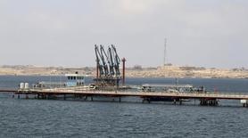 Una visión general del puerto petrolero libio de Hariga, en la ciudad de Tobruk.  REUTERS/Stringer. La exportación de petróleo desde el puerto libio de Hariga está interrumpida debido a una huelga de guardias de seguridad por salarios impagos, dijo un funcionario de la terminal el domingo.
