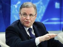 La Banque d'Italie a relevé ses prévisions de croissance pour cette année et 2016 en conséquence du programme d'assouplissement quantitatif annoncé par la Banque centrale européenne le mois dernier. La banque centrale table désormais sur une croissance de plus de 0,5% de la troisième économie de la zone euro cette année, puis sur une hausse d'au moins 1,5% du produit intérieur brut l'an prochain, a déclaré son gouverneur, Ignazio Visco (photo). /Photo prise le 23 janvier 2015/REUTERS/Ruben Sprich