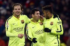 Jogadores do Barcelona Rakitic, Messi e Neymar comemoram gol na vitória sobre o Athletic Bilbao. 08/02/2015 REUTERS/Vincent West