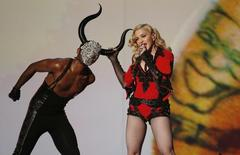 "Madonna canta ""Living for Love"" no Grammy.   REUTERS/Lucy Nicholson"