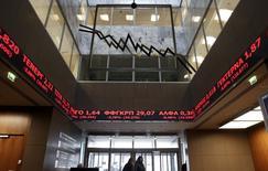 Painel eletrônico no hall de entrada da bolsa de valores de Atenas mostra cotações de ações 9/2/2015.  REUTERS/Alkis Konstantinidis