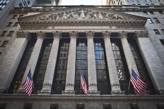 El frontis de la bolsa de Nueva York fotografiado en Manhattan, Nueva York. Imagen de archivo, 5 enero, 2015. Las acciones estadounidenses cayeron el lunes, debido a que los inversores se mostraron preocupados por las negociaciones en torno a la deuda de Grecia y los desalentadores datos económicos de China, que se sumaron a la expectativa de un alza en las tasas de interés de la Reserva Federal antes de lo anticipado. REUTERS/Carlo Allegri