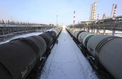 Вагоны-цистерны на НПЗ Башнефти в Уфе. 29 января 2015 года. Цены на нефть будут снижаться в ближайшие месяцы, но вернутся к росту ближе к концу года, прогнозирует Международное энергетическое агентство (IEA). REUTERS/Sergei Karpukhin