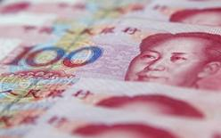 Банкноты 100 юаней. Шанхай, 17 января 2011 года. Роснефть может сменить условия поставок нефти в Китай, заключив с Пекином экспортный контракт, номинированный в юанях, вместо используемых сейчас долларов США, сказал глава компании Игорь Сечин, выступая в Лондоне на конференции. REUTERS/Carlos Barria