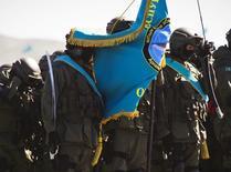 Казахстанские военные стоят в строю перед парадом по случаю Дня защитника отечества на полигоне Отар. 7 мая, 2013 года. Подполковник взорвался в автомобиле, припаркованном у здания Минобороны Казахстана, оставив предсмертную записку, сообщило министерство, заверив, что инцидент не является терактом. REUTERS/Shamil Zhumatov
