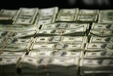Пачки 100-долларовых купюр на презентации для СМИ в Мехико. 22 ноября 2011 года. Доллар укрепился во вторник на фоне роста доходности американских Treasuries, а евро пострадал из-за комментариев и сообщений СМИ о ситуации с новым долговым соглашением Греции. REUTERS/Bernardo Montoya