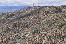 Vista general de la ciudad de La Paz. Imagen de archivo, 4 abril, 2010. El Gobierno de Venezuela dará el martes detalles de un nuevo mecanismo cambiario que será operado por casas de bolsa y bancos, en el que fuentes del mercado anticipan que el dólar cotizaría a más del doble de la mayor tasa oficial vigente de 52 bolívares. REUTERS/David Mercado