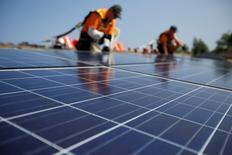 Apple va se fournir en électricité auprès d'une future centrale solaire en Californie pour environ 850 millions de dollars (751 millions d'euros) afin de réduire sa facture énergétique. Cette centrale construite par First Solar, d'une capacité de 150 megawatts, fournira l'électricité au futur siège d'Apple dans la Silicon Valley ainsi qu'aux autres bureaux et aux 52 boutiques de la firme à la pomme en Californie. /Photo d'archives/REUTERS/Mario Anzuoni
