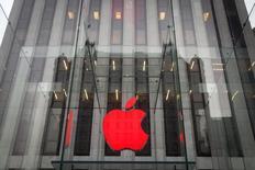 Apple est une des valeuirs à suivre mercredi à Wall Street. Le groupe a annoncé qu'il allait se fournir en électricité auprès d'une future centrale solaire en Californie pour environ 850 millions de dollars afin de réduire sa facture énergétique. Sa capitalisation boursière a pour la première fois dépassé 700 milliards de dollars lors de la clôture à Wall Street. /Photo prise le 1er décembre 2014/REUTERS/Carlo Allegri