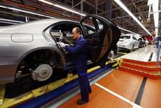 Цех по сборке Mercedes-Benz на заводе в Зиндельфингене. 28 января 2015 года. Торгово-промышленная палата Германии в среду повысила прогноз роста крупнейшей европейской экономики в 2015 году до 1,3 процента с предыдущей оценки 0,8 процента. REUTERS/Michael Dalder