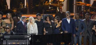 El músico Stevie Wonder (en los teclados) interpreta acompañado por India.Arie, Aisha Morris, Tony Bennett, Lady Gaga, Jennifer Hudson, Jill Scott, Ariana Grande, Andrea Bocelli, Pharrell Williams y Jamie Foxx (Izquierda a derecha) en  una ceremonia de homenaje en Los Angeles. 10 de febrero de 2015.  REUTERS/Mario Anzuoni
