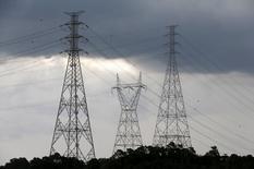 Torres de transmissão de energia próximas à represa da Billings, em Diadema. 10/02/2015 REUTERS/Paulo Whitaker