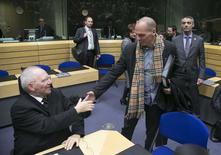 Le ministre grec des Finances, Yanis Varoufakis, salue son homologue allemand, Wolfgang Schaüble, avant la tenue d'une réunion de l'Eurogorupe. Cette réunion s'annonce comme la première confrontation directe entre le représentant du nouveau gouvernemnet d'Athènes et ses homologues de la zone euro, après des échanges à distance qui ont surtout illustré les divergences de vue entre les deux camps sur l'aide à la Grèce. /Photo prise le 11 février 2015/REUTERS/Yves Herman.
