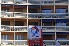 Total a enregistré 6,5 milliards de dollars de dépréciations d'actifs au quatrième trimestre 2014 pour tenir compte de la baisse des prix du pétrole, qui ont fait chuter son résultat net ajusté de 17% au cours des trois derniers mois de l'année. /Photo prise le 11 février 2015/REUTERS/Jean-Paul Pélissier