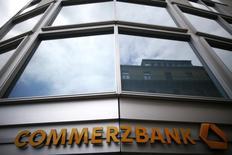Логотип Commerzbank на здании центрального офиса банка во Франкфурте-на-Майне. 10 мая 2013 года. Чистая прибыль Commerzbank в четвертом квартале прошлого года выросла до 77 миллионов евро, превысив прогнозы, так как снижение резервов на покрытие убытков от безнадежных кредитов компенсировало слабую выручку. REUTERS/Lisi Niesner