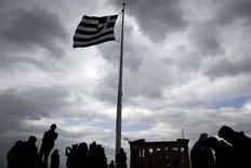 Touristes visitant l'Acropole d'Athènes. La Grèce fera le nécessaire pour s'entendre avec ses partenaires de la zone euro lors de la réunion des ministres des Finances prévue lundi, a promis le porte-parole du gouvernement.  /Photo prise le 13 février 2015/REUTERS/ Alkis Konstantinidis
