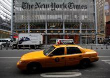 Un taxi pasa por las afueras de las oficinas del diario New York Times en Times Square. Imagen de archivo, 7 febrero, 2013. El columnista del New York Times David Carr falleció el jueves después de desplomarse en la redacción del periódico, informó el diario. Tenía 58 años. REUTERS/Carlo Allegri