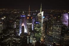 Vista general de Times Square en Nueva York. Imagen de archivo, 4 febrero, 2015. La confianza del consumidor de Estados Unidos cayó inesperadamente en febrero desde un máximo en 11 años, en medio de preocupaciones sobre una desaceleración del crecimiento económico, lo que sugiere que una reciente debilidad en el gasto podría durar un tiempo. REUTERS/Carlo Allegri