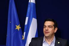 El primer ministro griego, Alexis Tsipras, en una conferencia de prensa tras una cumbre de líderes europeos en Bruselas. 12 de febrero de 2015.  Tsipras espera difíciles negociaciones en la reunión del lunes de los ministros de Finanzas de la zona euro para discutir cómo proceder con el rescate internacional de Atenas, pero sigue confiado, dijo a una revista alemana en una entrevista publicada el domingo.REUTERS/Francois Lenoir