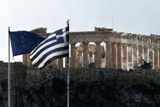 """Las banderas de Grecia y la Unión Europea vistas frente al templo del Parthenon en Atenas. Imagen de archivo, 11 febrero, 2015.  Un funcionario del Gobierno de Grecia dijo que el texto de un borrador presentado el lunes en una reunión de ministros de Finanzas de la zona euro en Bruselas implicaba una extensión del programa de rescate de Atenas, una situación que es """"irrazonable"""" y que no sería aceptada. REUTERS/ Alkis Konstantinidis"""