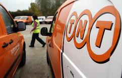 Le groupe néerlandais de logistique TNT Express a dégagé un chiffre d'affaires du quatrième trimestre supérieur aux attentes des analystes mais anticipe une nouvelle année difficile sur ses principaux marchés ouest-européens. /Photo d'archives/REUTERS/Darren Staples