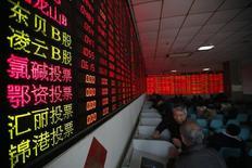 Розничные инвесторы в брокерской конторе в Шанхае. 5 января 2015 года. Азиатские фондовые рынки, кроме Японии, выросли во вторник за счет локальных новостей. REUTERS/Aly Song