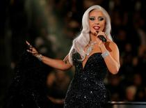"Lady Gaga canta ""Cheek to Cheek"" durante cerimônia do Grammy em Los Angeles. 08/02/2015 REUTERS/Lucy Nicholson"