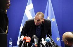 El ministro griego de Finanzas, Yanis Varoufakis, llega a una conferencia de prensa en Bruselas, 16 febrero, 2015.  Los ministros de finanzas de la Unión Europea aumentaron la presión sobre Grecia el martes para que siga dentro de un programa de rescate financiero internacional, mientras el euro se debilitaba por temores a una posible perturbación cuando venza en 10 días la línea de crédito de Atenas. REUTERS/Francois Lenoir