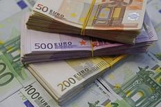 """La Banque centrale européenne (BCE) est convaincue que l'inflation reviendra à près de 2% en rythme annuel dans la zone euro au vu de l'ampleur """"considérable"""" du programme de rachat d'actifs qu'elle a annoncé fin janvier, estime  Christian Noyer, membre du conseil des gouverneurs de la BCE et gouverneur de la Banque de France. /Photo prise le 26 janvier 2015/REUTERS/Dado Ruvic"""