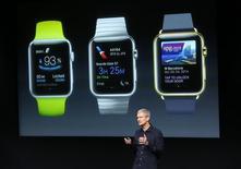 El CEO de Apple, Tim Cook, durante una presentación de aplicaciones disponibles para el Apple Watch en Cupertino. Imagen de archivo, 16 octubre, 2014.  Apple Inc pidió a sus proveedores asiáticos que fabriquen 5-6 millones de unidades de sus tres modelos de relojes Apple Watch para el primer trimestre, informó el diario Wall Street Journal, citando personas familiarizadas con el tema. REUTERS/Robert Galbraith