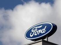 El logo de Ford visto en las afueras de sus oficinas en Vienna. Imagen de archivo, 19 marzo, 2013. Las empresas estadounidenses, cansadas de ver a sus ganancias mal heridas por el deteriorado sistema cambiario en Venezuela, pueden -de un plumazo- borrar gran parte del problema. REUTERS/Heinz-Peter Bader