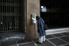 Um vendedor de bilhetes de loterias parado em frente à sede do banco central grego, em Atenas. 17/02/2015 REUTERS/ Alkis Konstantinidis