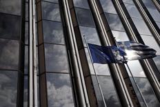 Флаги ЕС и Греции в Афинах. 17 февраля 2015 года. Правительство Греции подтвердило, что в среду попросит о продлении срока действия кредитного соглашения с еврозоной, которое отличается от полной программы помощи. REUTERS/ Alkis Konstantinidis