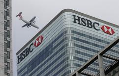 La fiscalía suiza registró las dependencias de HSBC Holdings PLC el miércoles en Ginebra y dijo que abrió una investigación penal bajo denuncias de blanqueo de dinero agravado. En la imagen, un avión suizo pasa junto a la sede en Londres del HSBC, el pasado 15 de febrero de 2015. REUTERS/Peter Nicholls