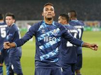 O brasileiro Danilo, do Porto, comemora gol contra o Basel pela Liga dos Campeões, em Basel, na Suíça, nesta quarta-feira. 18/02/2015 REUTERS/Arnd Wiegmann