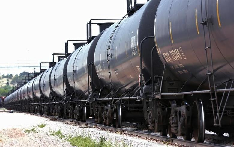 A crude oil train moves past the loading rack at the Eighty-Eight Oil LLC's transloading facility in Ft. Laramie, Wyoming July 15, 2014. REUTERS/Rick Wilking