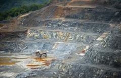 Рудник Pueblo Viejo, принадлежащий Barrick Gold, в Доминикане. 11 декабря 2013 года. Крупнейшая в мире золотодобывающая компания Barrick Gold Corp сообщила в среду, что продаст рудник Porgera в Папуа-Новой Гвинее и рудник Cowal в Австралии, что поможет компании уменьшить чистый долг по крайней мере на $3 миллиарда к концу года, дав инвесторам долгожданные подробности своей стратегии. REUTERS/Ricardo Rojas