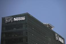 Logo da Nestlé visto em um prédio da empresa, na cidade do México. 24/01/2014  REUTERS/Edgard Garrido