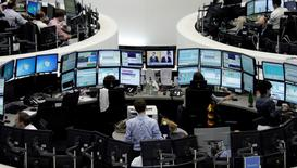 Трейдеры на фондовой бирже во Франкфурте-на-Майне. 1 августа 2014 года. Европейские фондовые рынки держатся вблизи отмеченных накануне семилетних максимумов благодаря надежде на продолжение кредитования Греции. REUTERS/Pawel Kopczynski/Remote