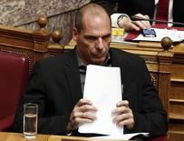 El ministro de Finanzas griego, Yanis Varoufakis, sostiene notas en el parlamento en Atenas. Imagen de archivo, 10 febrero, 2015. El Ministerio de Finanzas de Alemania rechazó el jueves una nueva propuesta presentada por Atenas solicitando una extensión de su programa de rescate, afirmando que no cumple las condiciones establecidas a principios de esta semana por los socios de Grecia en la zona euro. REUTERS/Alkis Konstantinidis