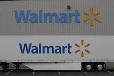 Un centro de distribuición de Wal-Mart visto en Bentonville. Imagen de archivo, 6 junio, 2013.  Wal-Mart Stores Inc, largamente criticado por sus bajos salarios y beneficios laborales, dijo que gastaría más de 1.000 millones de dólares para aumentar los sueldos de medio millón de empleados en Estados Unidos este año. REUTERS/Rick Wilking