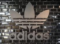 El logo de ADIDAS fotografiado en uno de sus locales en Berlín. Imagen de archivo, 2 diciembre, 2014.  El directorio de Adidas puso en marcha la búsqueda formal de un sucesor para el presidente ejecutivo Herbert Hainer, quien ha enfrentado duras críticas por el terreno perdido por la empresa de ropa deportiva alemana frente a su rival estadounidense Nike. REUTERS/Hannibal Hanschke