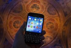 BlackBerry a publié jeudi une importante mise à jour logicielle qui rend, entre autres nouveautés, les applications Android compatibles avec les appareils de sa gamme BlackBerry 10. /Photo prise le 17 décembre 2014/REUTERS/Brendan McDermid