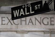 La señalética de Wall Street fotografiada frente a la bolsa de Nueva York. Imagen de archivo, 27 enero, 2015. Los referenciales Dow Jones y S&P 500 retrocedieron el jueves en la bolsa de Nueva York, arrastrados por descensos en las acciones de petroleras y un pronóstico decepcionante de Wal-Mart, mientras que el índice Nasdaq marcó un nuevo máximo en 15 años impulsado por Priceline. REUTERS/Carlo Allegri