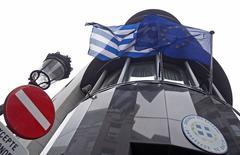 """Посольство Греции в Брюсселе. 19 февраля 2015 года. Германия отвергла в четверг предложение Греции о продлении на шесть месяцев ее кредитного соглашения с еврозоной, заявив, что оно не является """"реальным решением"""", поскольку не заставляет Афины выполнять условия программы международной помощи. REUTERS/Yves Herman"""