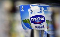 Йогурт Danone на полке супермаркета во Франции. 30 августа 2013 года. Французская продуктовая группа Danone сделала осторожный прогноз роста продаж и прибыльности на 2015 год, поскольку пытается справиться с дефляцией в Европе, волатильностью валют развивающихся стран и сложностями в России. REUTERS/Regis Duvignau